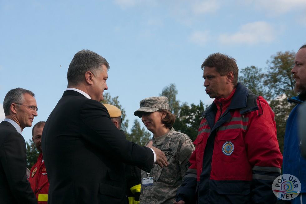 Йенс Столтенберг та Петро Порошенко вітають керівників груп рятувальників які приймають участь у навчаннях Fot. polukr.net