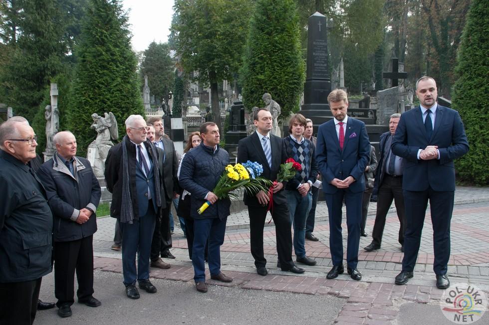 Підсумкова зустріч, присвячена цьогорічним спільним реставраційним роботам на Личаківському цвинтарі. Загальна вартість цьогорічних робіт приблизно 2,4 млн грн.