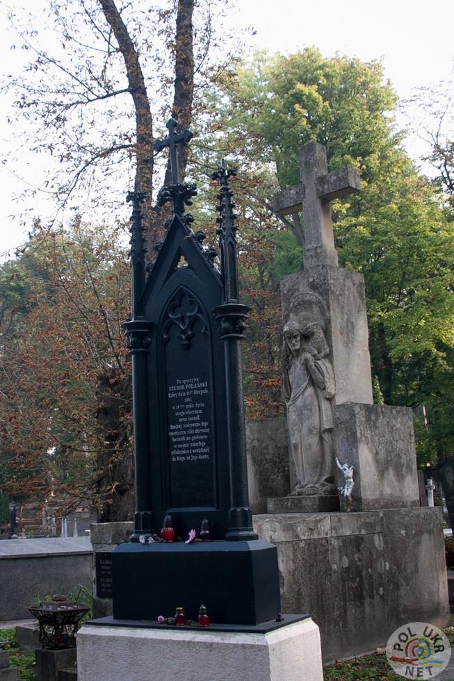 Відреставрований металевий надгробок Ізидорі Поланській