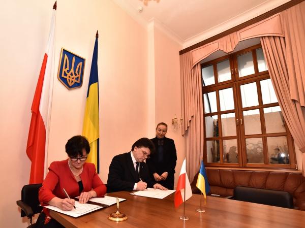 Підписання Декларації про заснування Українсько-польської Ради обміну молоддю. Фото: dsmsu.gov.ua