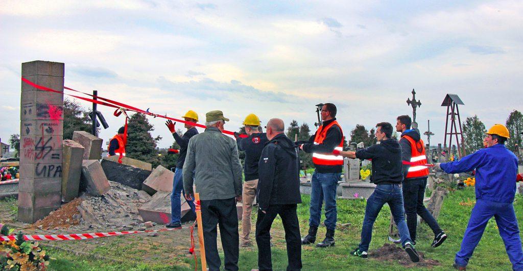 Група осіб руйнує пам'ятник у Грушовичах 26 квітня 2017 р. Підкарпатське воєводство РП. Джерело: dt.ua