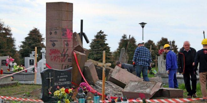 Зруйнований пам'ятник воякам УПА на цвинтарі у Грушовичах. Джерело: konkurent.in.ua