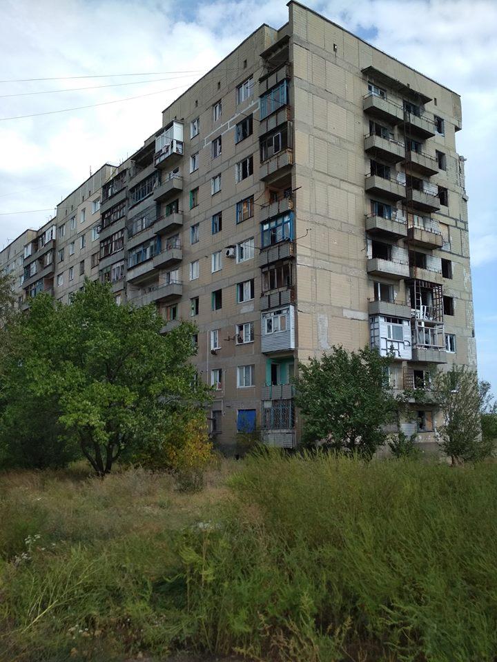 Розстріляна багатоповерхівка на окраїні Мар'їнки. / Фото Ігоря Тимоця.