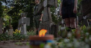 """Православний цвинтар у Варшаві. Спільна ініціатива польських скаутів """"гарцежів"""" і українських """"пластунів"""", які запалили разлм 14 серпня""""Полум'я братерства"""" на могилах вояків армії УНР в 30 місцях по цілій Польщі. / Фото Gazeta Wyborcza"""