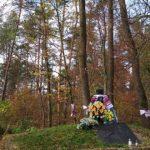 Зав'язані українські вишиті рушники навколо могили упівців в селі Монастир. / Фото Ігоря Тимоця.