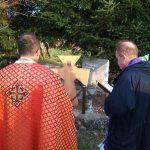 Посвяченя дубового хреста на могилі у Верхраті. / Фото Ігоря Тимоця.