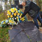 Перед початком акції, могилу прибрали від старих лампадок та листя. / Фото Ігоря Тимоця.
