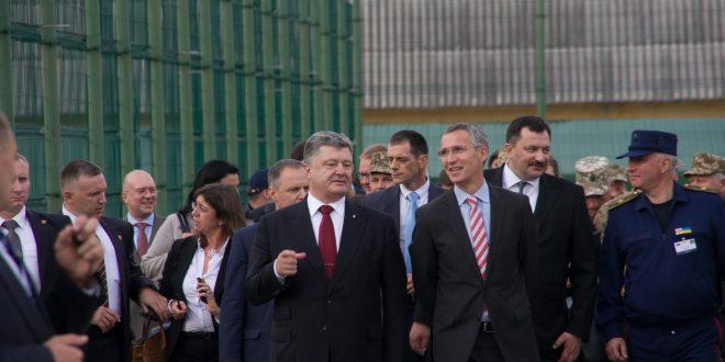 Петро Порошенко та Єнс Столтенберг. Фото: POLUKR.net / Андрій Поліковський