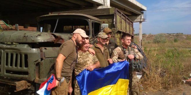 Крайній блокпост українського війська в Пісках під Донецьком і волонтери / Фото Ігоря Тимоця.