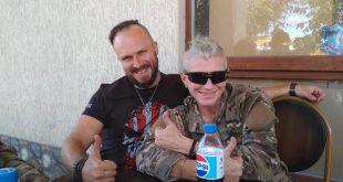"""Парамедик """"Тайра"""" (справа) та колишній солдат позивний """"Доцент"""" / Фото Ігоря Тимоця."""