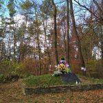 Рушники на могилі та деревах навколо в  Монастирі. / Фото Ігоря Тимоця.