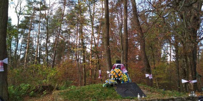 Вишиті рушники, пов'язані на могилі та деревах навколо на цвинтарі села Монастир. У 2015-му вандали розбили плиту на могилі, похованим тут 62-ом воякам УПА, та розмалювали її фарбою. Дозволу відновити плиту польська влада досі не дала. / Фото Ігоря Тимоця.