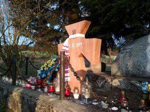 Дубовий хрест, який польські активісти поставили на місці, зрйнованого вандалами в 2016-му кам'яного. Це точна копія того, що стоїть у Варшаві на могилі генерал-хорунжого армії УНР Марка Безручка. / Фото Ігоря Тимоця.