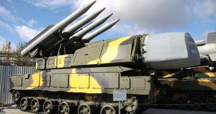 Wyrzutnia rakiet przeciwlotniczych typu Buk (egzemplarz z muzeum techniki wojskowej w Wierchniej Pyszmie) bliźniacza do tej, z której zestrzelono MH-17 / fot. Władimir Sappinen, CC BY 3.0